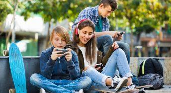 tweens-using-smartphones-2